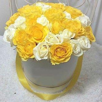 Желтые и белые розы в коробке