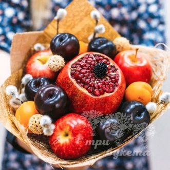 fruktovyj-buket-iz-granata-i-sliv